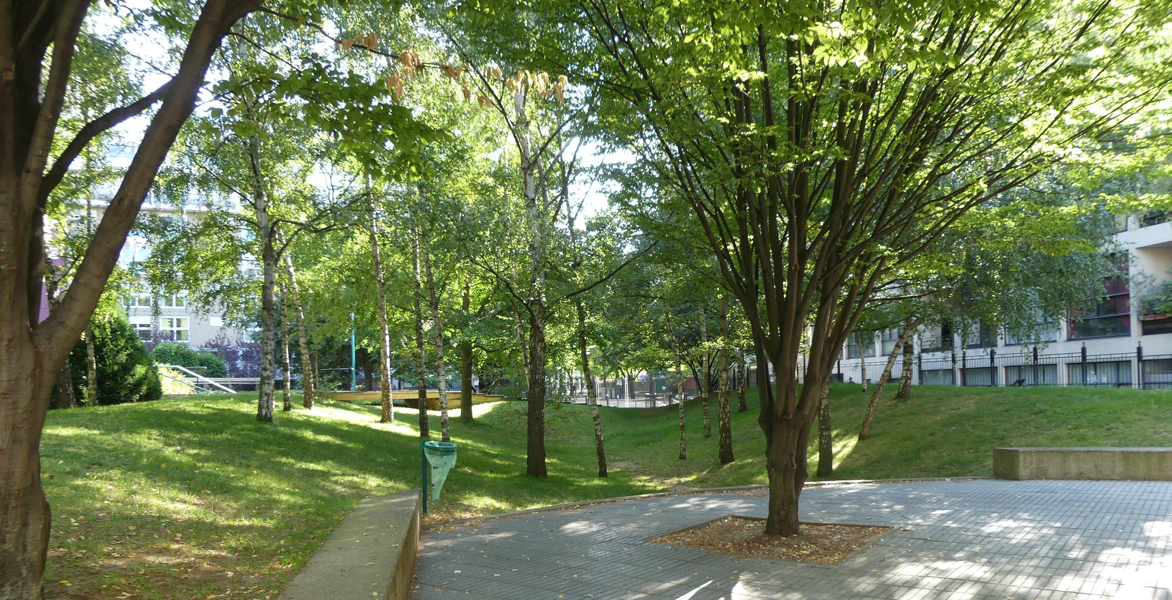 Sous les arbres du square Joan Miro
